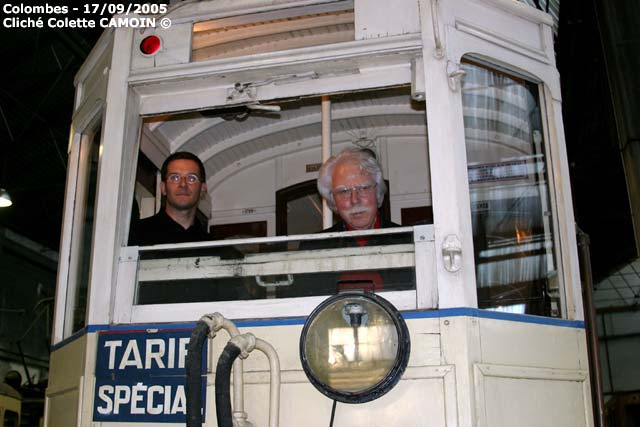2 générations de membres aux commandes de la motrice no1728 de Marseille pendant les journées du patrimoine de 2005